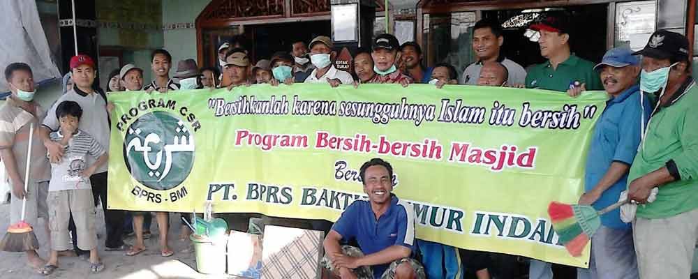 Bersih-bersih Masjid di sekitar Kantor BPRS Baktimakmur Indah